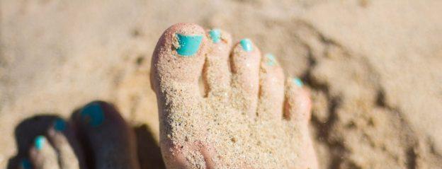 Fußpflege - Füße im Sand